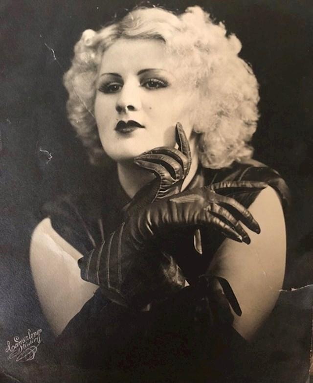 """""""Dok smo čistili trijem moje bake, pronašli smo ovu fotografiju njene majke (moje prabake) koja je u Ameriku došla iz Italije. Snimljeno 1920-ih."""""""