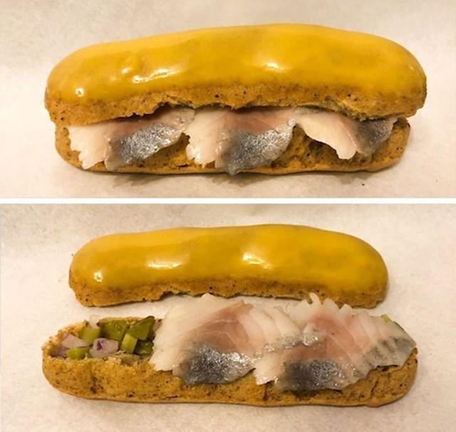 2. Ovo je haringa s lukom, kiselim krastavcima, senfom i medom.
