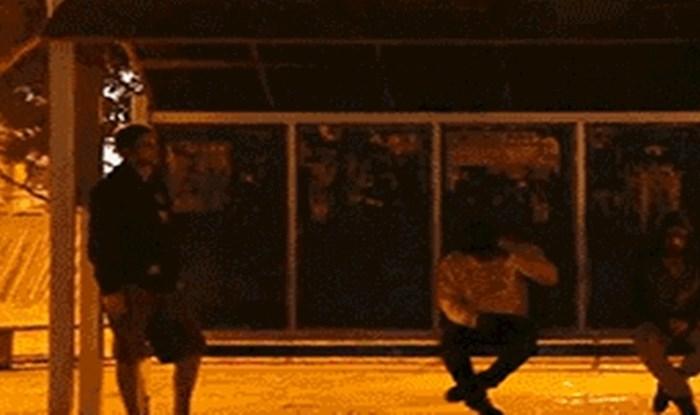 Čekali su autobus, ali odjednom ih je prenerazilo nešto jezivo