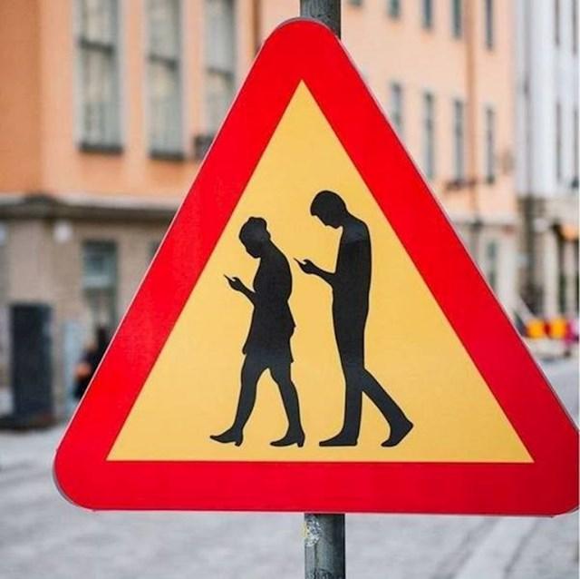 1. U Stokholmu postoji znak koji vozače upozorava na nepažljive pješake koji gledaju u svoj smartphone.