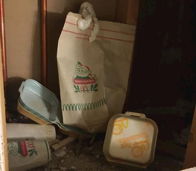 4. Oni su u svom podrumu pronašli staru vreću za smeće iz McDonald 's-a i to božićnu verziju