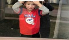 Dječak više nije mogao izdržati biti zatvoren u kući, pa je stao na prozor s važnom porukom