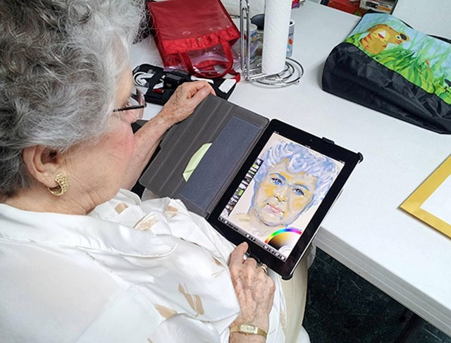4. Moja baka zamolila me da joj nabavim tablet - jer je čula da se pomoću njega može crtati. Trenutno izrađuje svoj autoportret.