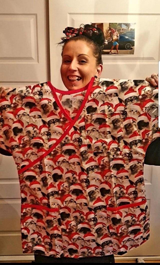 """""""Moja razučnica radi kao medicinska sestra i pred Božić odjene ovu uniformu kako bi razveselila svoje pacijente."""""""