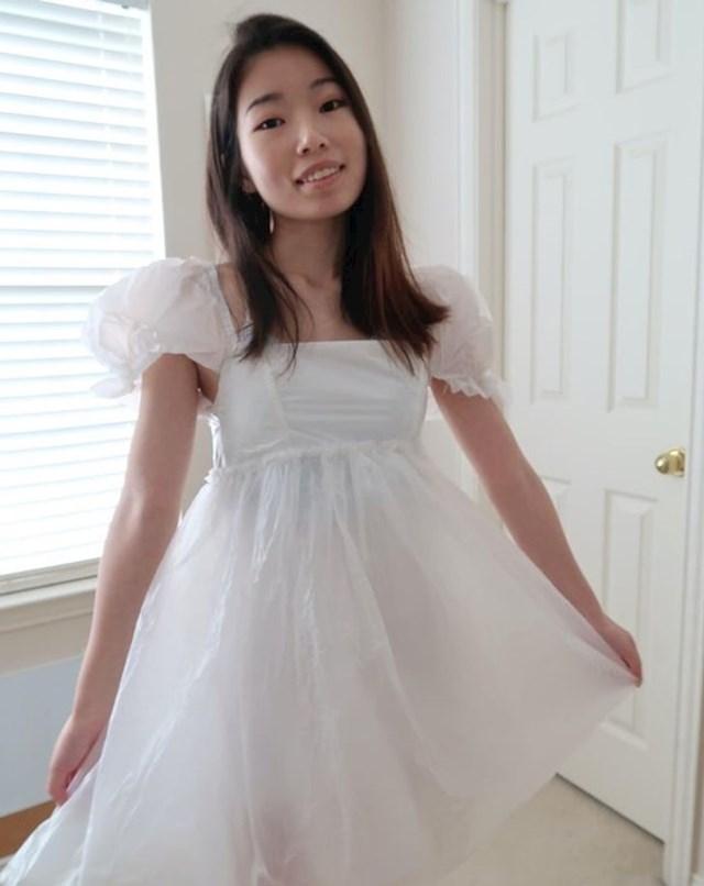 10. Izradila je prekrasnu haljinu od plastičnih vrećica
