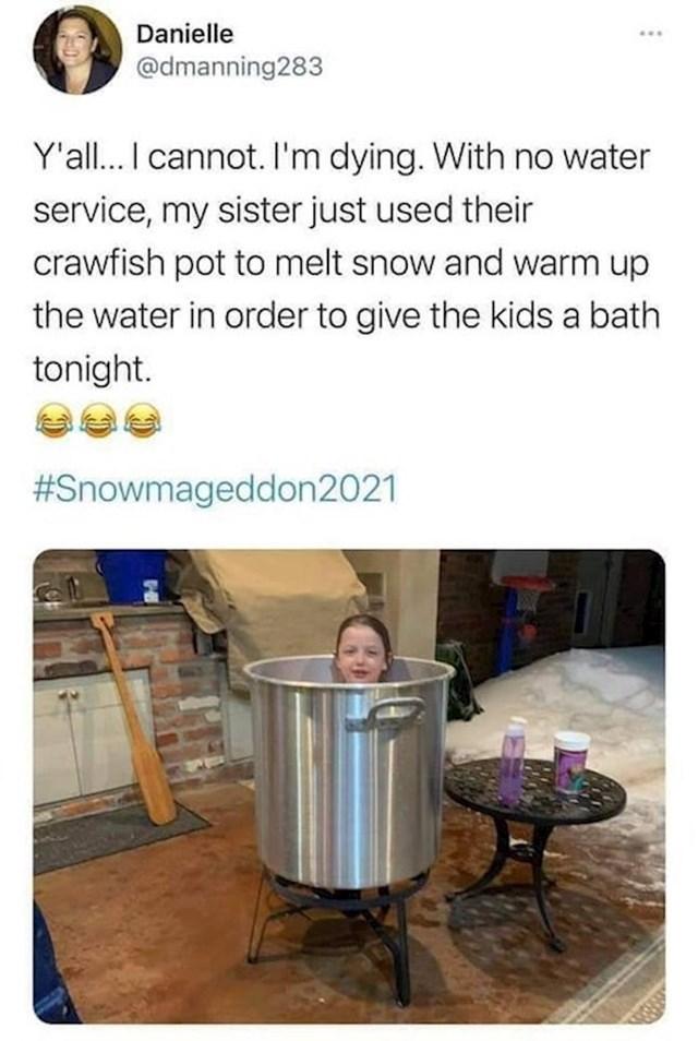 8. Okupala je djecu tako da je otopila snijeg u velikom loncu usred nestašice vode