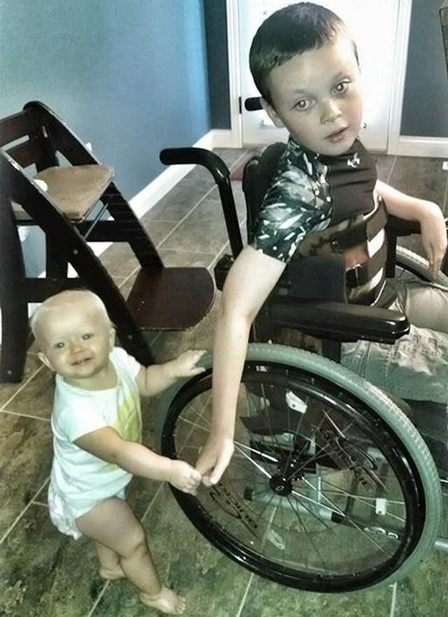 1. Mlađa sestra uči hodati pomoću kolica starijeg brata.🥰