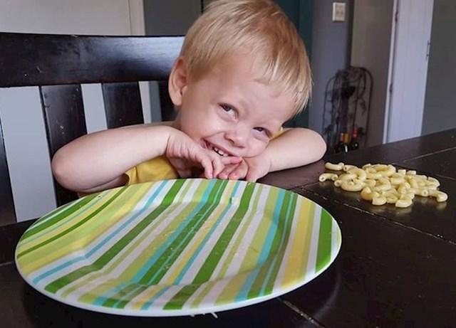 14. Rekli smo mu da može dobiti desert kad tanjur bude čist. Odlično se snašao!