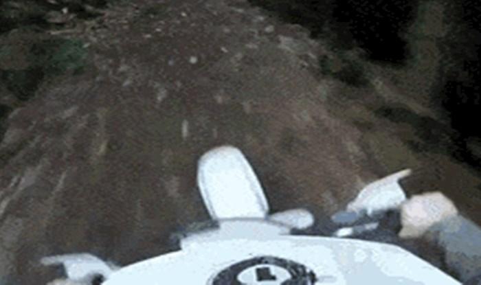Njegovu adrenalinsku vožnju motorom prekinulo je nešto nevjerojatno