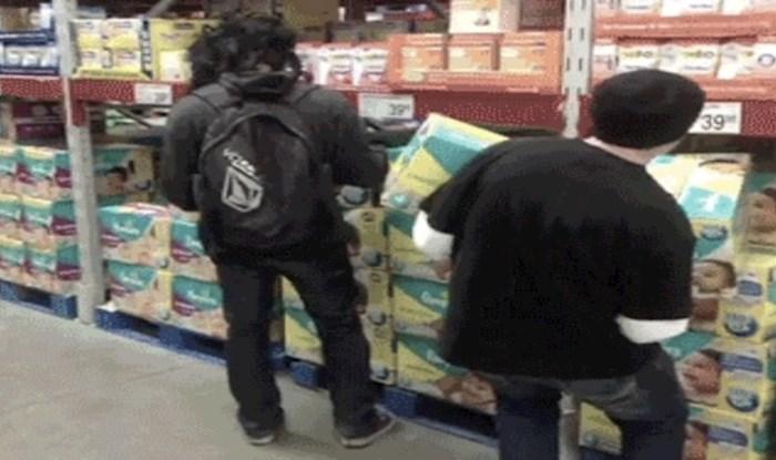 Uzimao je pelene s police pa se prenerazio kad je vidio kakav tip je pored njega