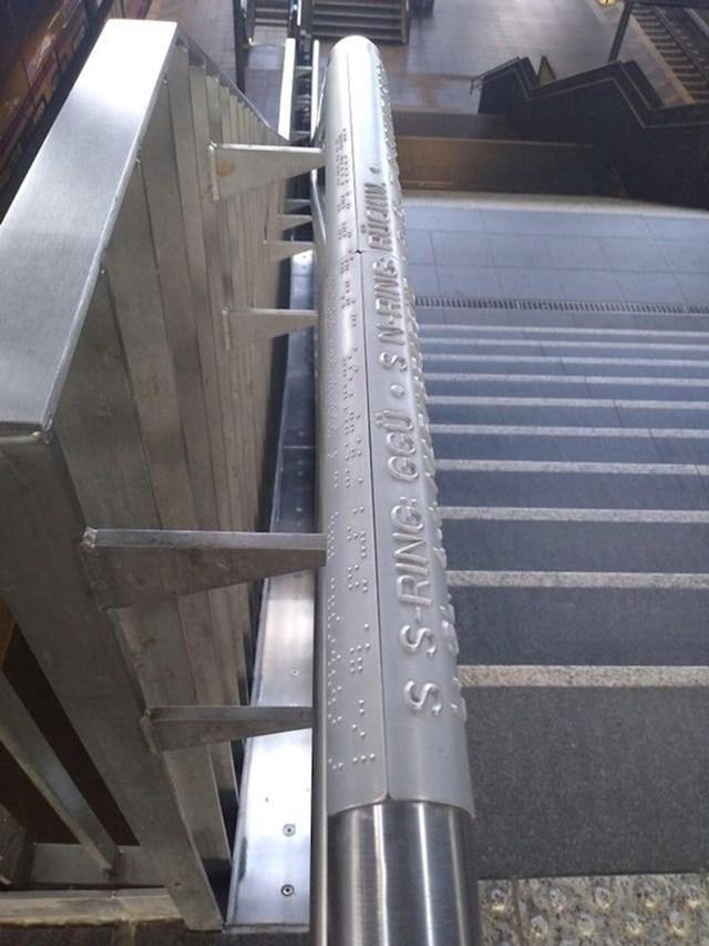 3. Na rukohvatima u podzemnoj su upute o brojevima platformi i broju stepenica ispisane na Brailleevom pismu.