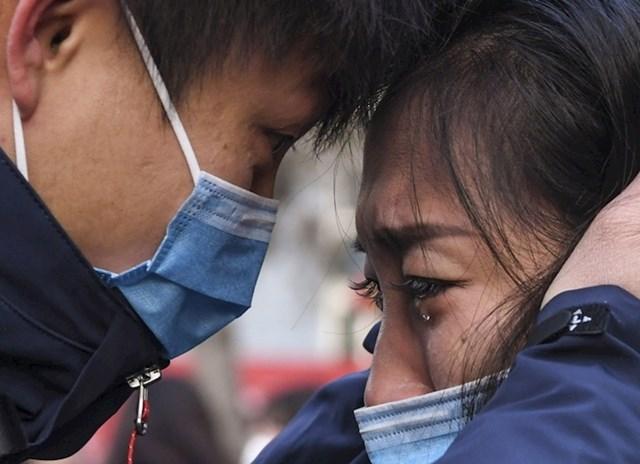 Član medicinskog tima oprašta se od supruge prije odlaska u Wuhan kako bi se borio protiv koronavirusa.