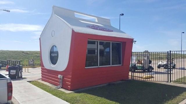 15. Tvornica frižidera ima kućicu za zaštitare u obliku prijenosnog frižidera