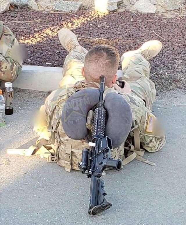 Vojnik je svoju glavu položio na za to potpuno neprimjeren predmet, ovo je ludo