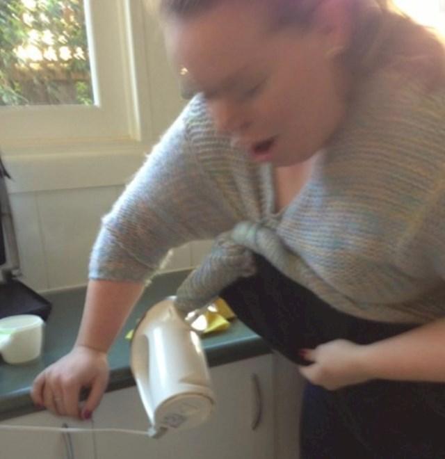 7. Žena kojoj se mikser zapleo u džemper.