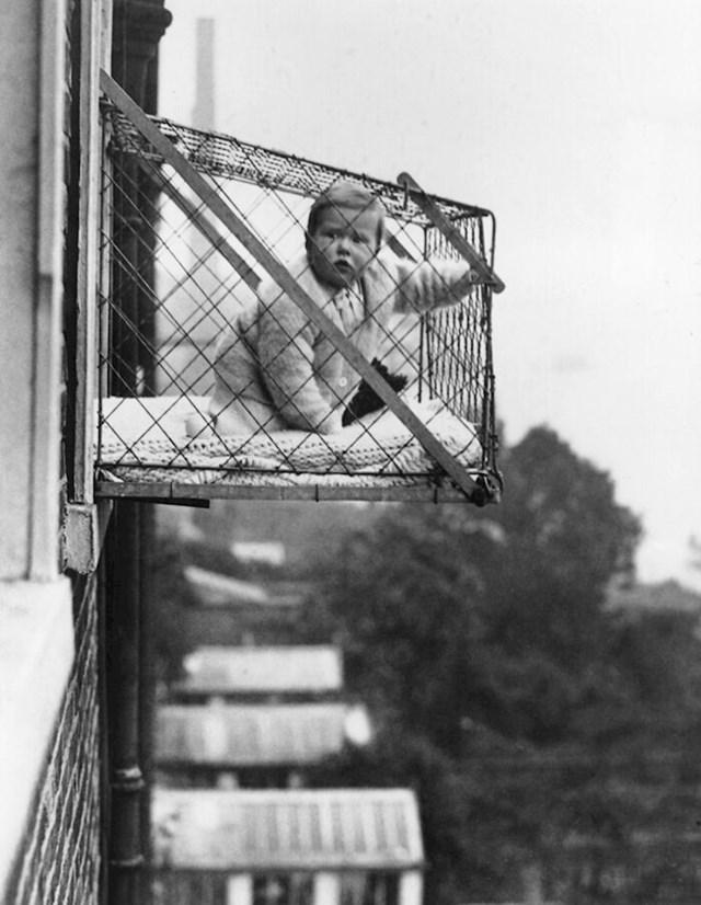 U 1930-tima je bilo potpuno normalno da roditelji ostave djecu u ovakvim kavezima na prozoru.