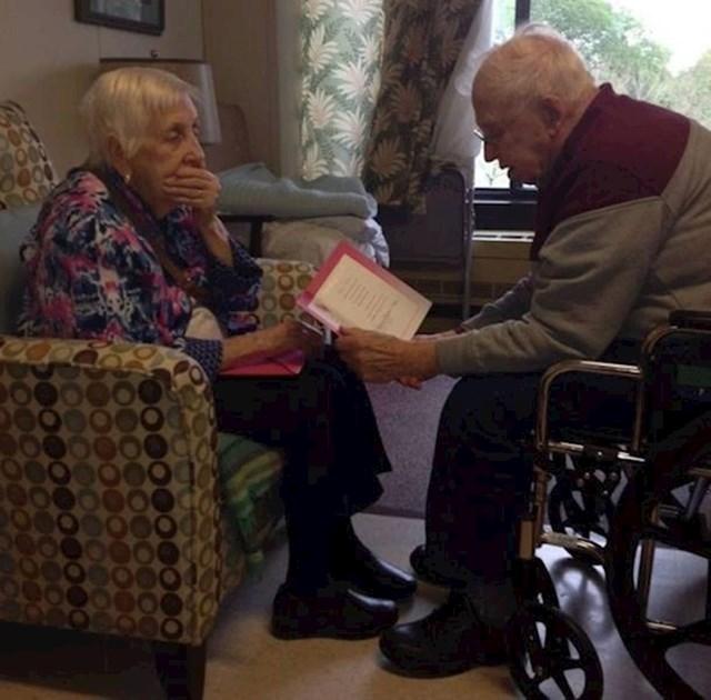 """""""Moj djed i baka u braku su 65 godina. Ona je prije 3 godine oslijepila, a on joj za svaki Majčin dan čita čestitke."""""""