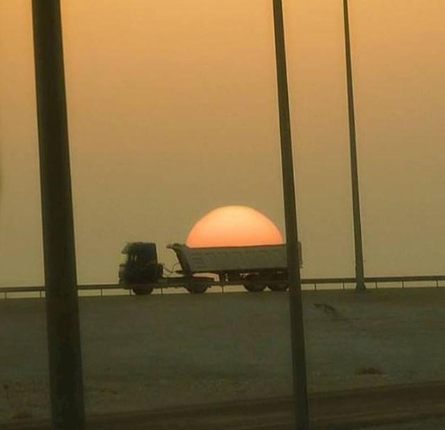4. Pokušava li to ovaj kamion ukrasti sunce?