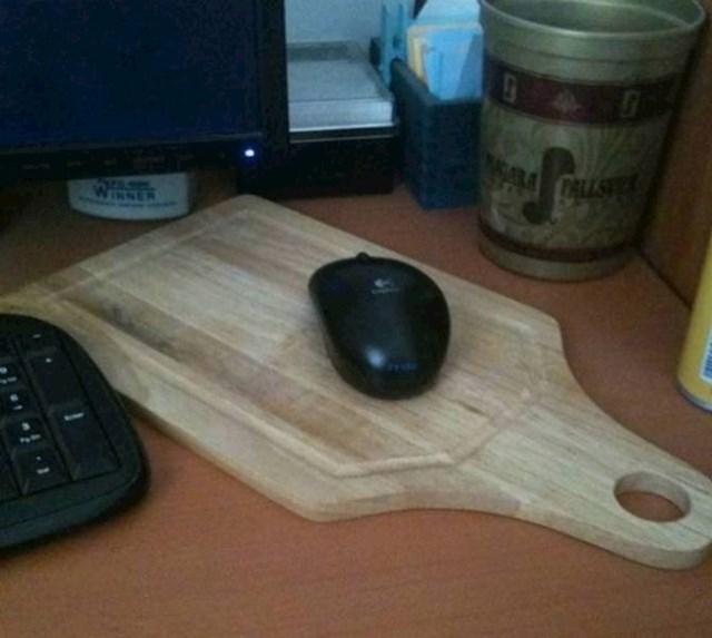 3. Čovjeku je trebao podložak za miša, pa se snašao.