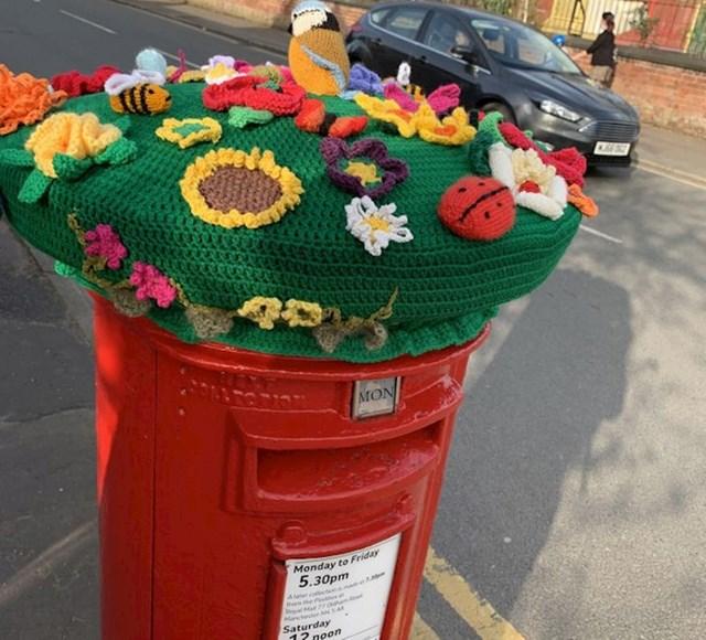 8. Netko je napravio fora ukras za ulični hidrant