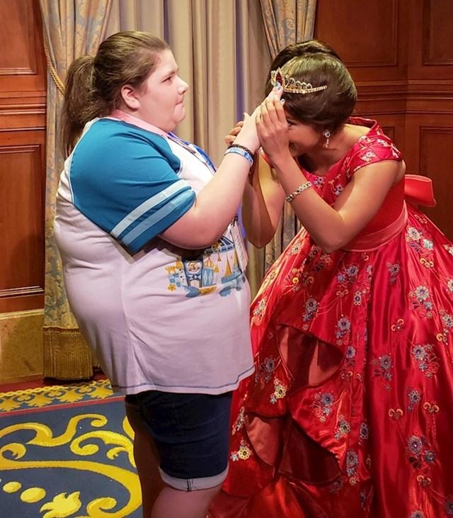 14. Disneyjeva priceza pokazuje svoju krunu slijepoj obožavateljici.