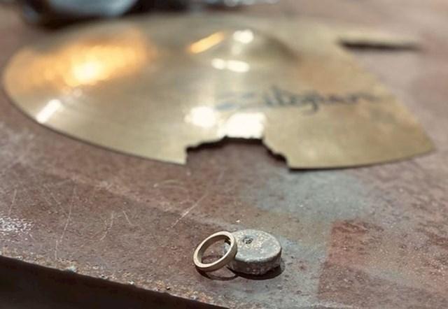 8. Napravio je zaručnički prsten od starih činela