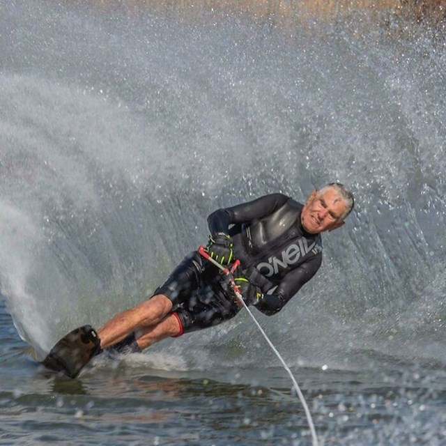 13. Moj 91-godišni djed uči kako surfati...