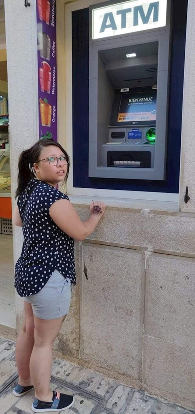 """""""Moja niska djevojka pokušava koristiti bankomat."""""""