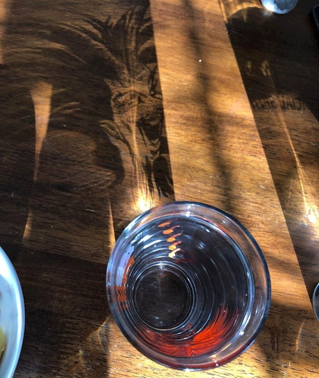 Neobična sjena koju je proizvela čaša
