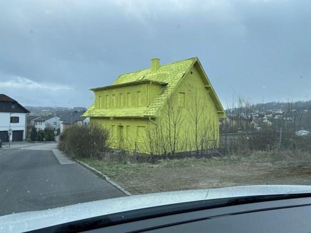 6. Kuća poprskana neonski žutim sprejem