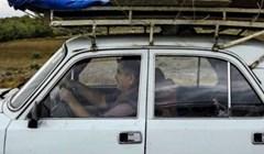 Vozač ovog automobila transportira jako neobičan teret, ovo je ludo