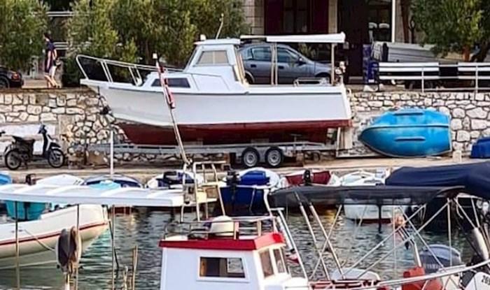 Neobična imena brodova snimljenih na Hvaru oduševila su ekipu s Fejsa, morate vidjeti