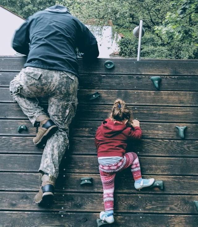 6. Uče se penjati