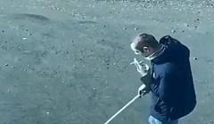 Čovjek je odglumio da šeće psa kako bi mogao izaći iz stana, pogledajte kako