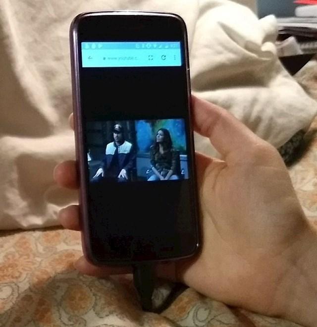10. Ovako moja žena gleda videe na svojem mobitelu
