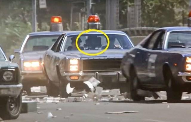 3. U filmu Policajac s Beverly Hillsa tijekom uvodne scene u jednom od policijskih auta možete vidjeti kameru.