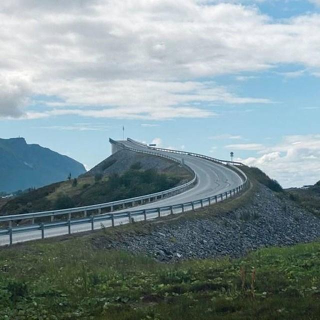 3. Most koji izgleda kao pista iz videoigrica