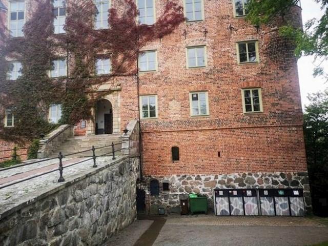 7. Kante za smeće ispred ovog dvorca napravljene su kako bi se uklopile.