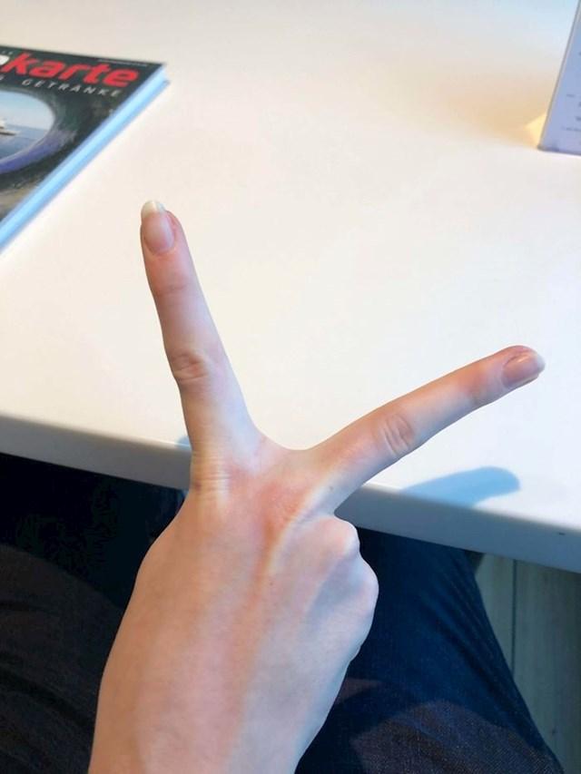 """15. """"Kažu mi da je moj znak za peace pomalo neobičan."""""""