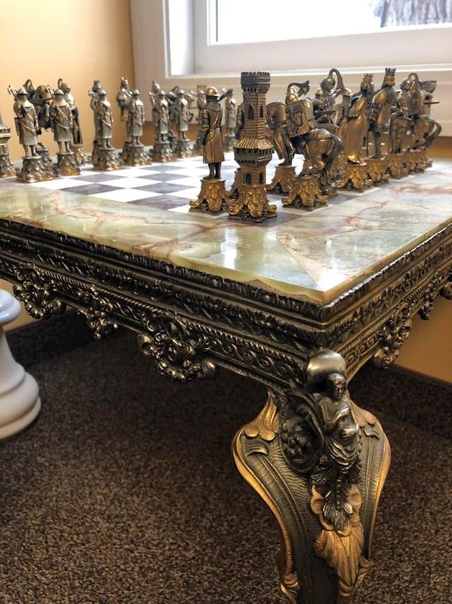 11. Naslijedio je ovaj genijalan šahovski stol