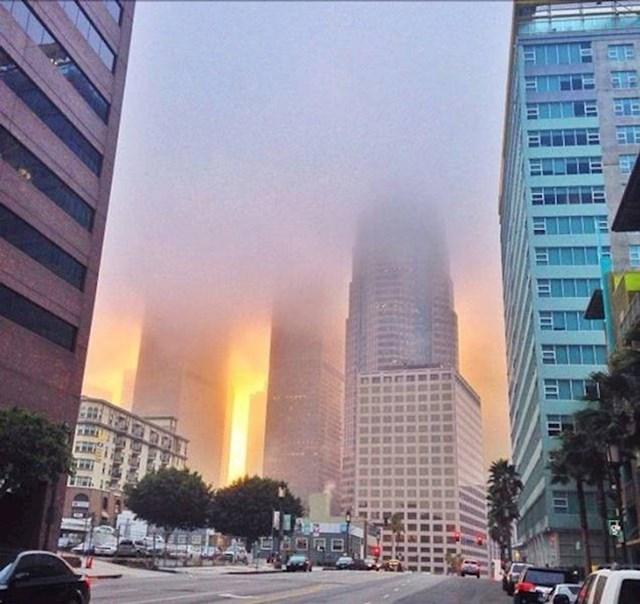 10. Izgleda kao da grad gori, a zapravo je samo magla u sumrak.