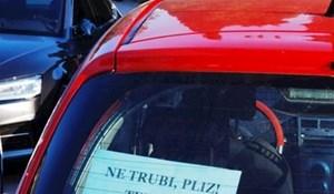 Vozačica je simpatičnom porukom oduševila tisuće ljudi, morate vidjeti zašto moli da joj se ne trubi