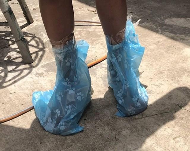 """1.""""Kosio sam travu kad je odjednom izletjela moja 7-godišnja kći bez cipela. Povikao sam joj da pazi na pseći izmet i obuje cipele. Za par minuta vratila se s ovim na nogama."""""""