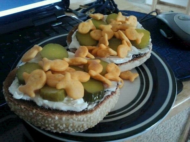 """15. Ova osoba tvrdi da joj je ovo najdraže jelo - """"sendvič""""  s tartarom, kiselim krastavcima i slanim ribicama"""