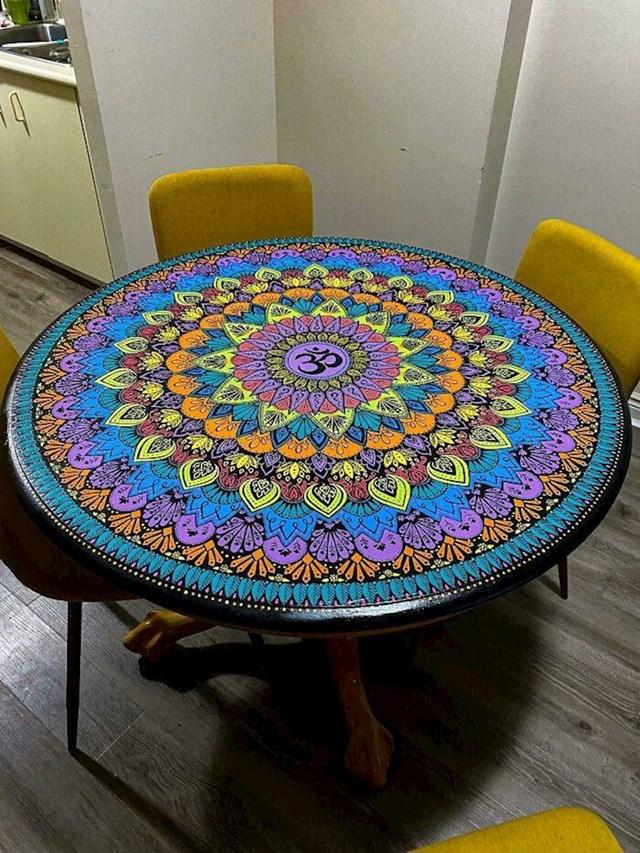 9. Netko je naslikao predivnu mandalu na stol