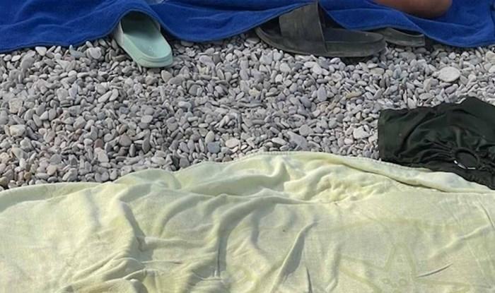 Tisuće ljudi smiju se rješenju koje je ovaj turist smislio da mu bude ugodnije čitati na plaži