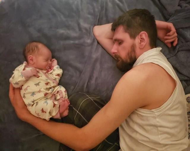 """3. """"Prva zajednička fotka bebe i mojeg muža. Plačem!"""""""