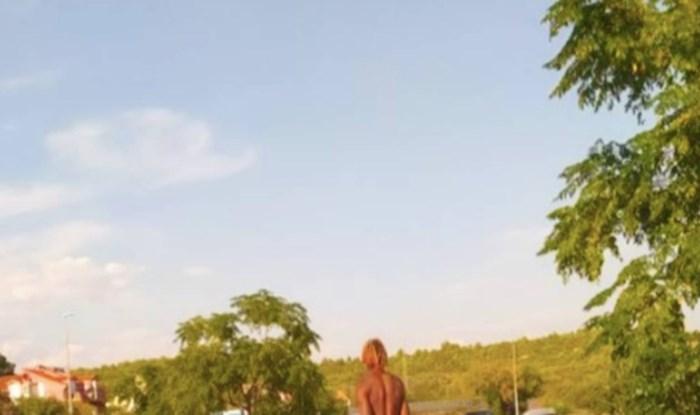 Turistička sezona i dalje traje, to dokazuje i prizor iz Tisnog koji je nasmijao tisuće na Fejsu