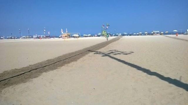 3. Trag vode na vrućem pijesku vodi do šatora s hladnim pićem.