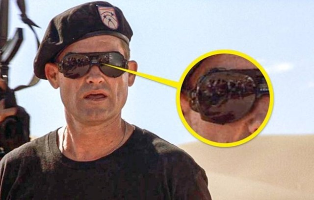 12. U Zvjezdanim vratima u staklima naočala Kurta Russela možete vidjeti cijelu filmsku ekipu